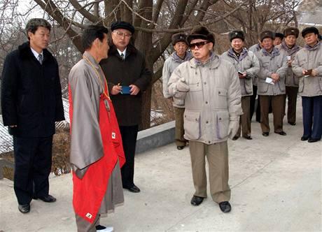 Kim Čong-il při návštěvě veřejného parku v Pchjongjangu.
