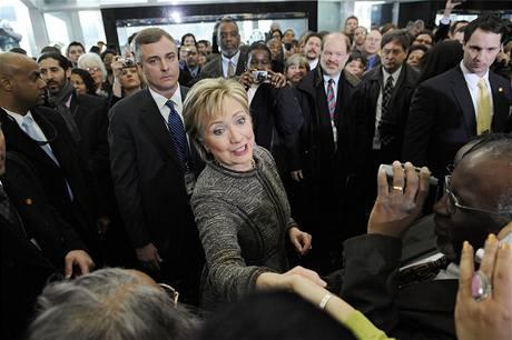 Hillary Clintonová se zdraví se zaměstnanci ministerstva zahraničí.