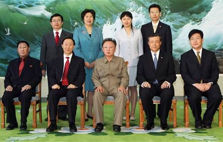 Severokorejský předák Kim Čong-il s čínským emisarem Wang Ťia-žuejem.