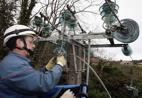Francouzští elektrikáři opravy těžce poničené sítě nezvládají, pomáhají jim kolegové z Velké Británie, Německa a Portugalska.