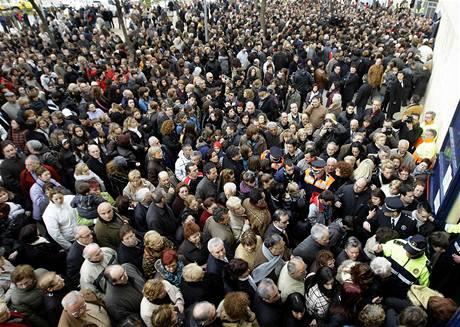 Na pohřeb dětí, které v sobotu v Sant Boi del Llobregat poblíž Barcelony zavalila střecha, přišly stovky lidí.