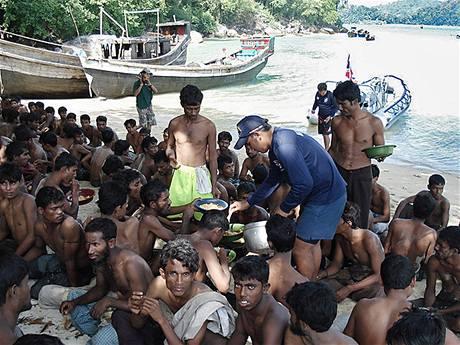 Barmští uprchlíci krátce po zadržení thajskou pohraniční stráží.
