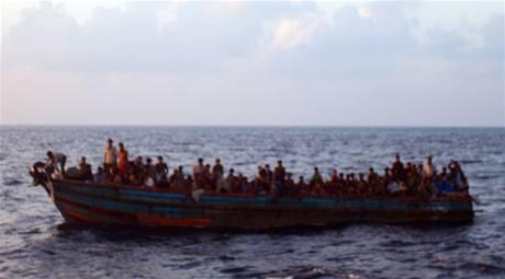 Barmánci se vydávají na vratkých lodí na dlouhou cestu za lepším osudem.