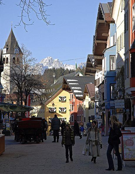 Rakousko, malebné centrum Kitzbühelu
