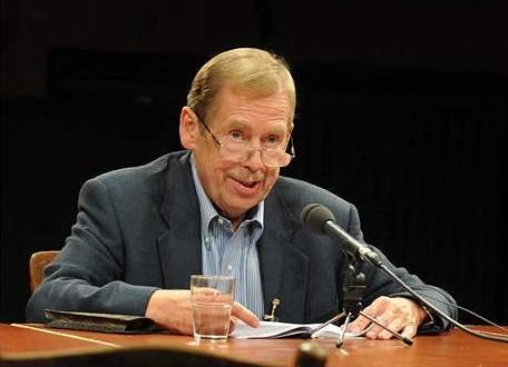 Václav Havel �te hru Odcházení