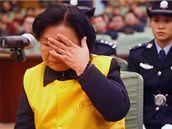Bývalá ředitelka mlékárny Sanlu Tchien Wen-chua před soudem. (31. prosinec 2008)