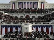 VIP hosté přihlížejí z tribuny u Kapitolu inauguraci Baracka Obamy