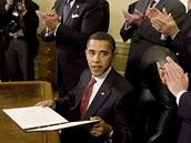 Prezident Barack Obama podepsal příkaz k uzavření věznice Guantánamo v Oválné pracovně Bílého domu