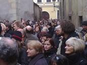 Pohřeb Jana Kaplického - příchozí čekají ve Zlaté ulici