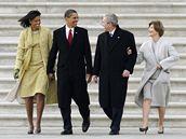 Barack Obama vyprovodil po svém projevu George Bushe s manželkou k vrtulníku, kterým bývalý prezident odletěl do Texasu.