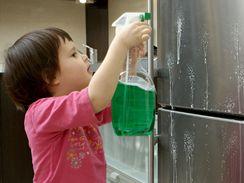 Lednice se čistit má, pokud se ale použijí agresivní přípravky i na těsnění, může se poškodit