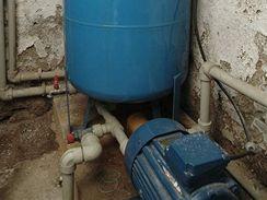 Vlhký sklep se studnou není pro umístění vodárny ideálním místem, kovové díly trpí korozí