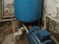 Vlhk� sklep se studnou nen� pro um�st�n� vod�rny ide�ln�m m�stem, kovov� d�ly trp� koroz�
