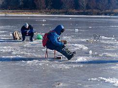 Pro nezasvěcené nepochopitelný zimní výjev - lov na dírkách.