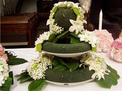 Postup při aranžování květin do aranžovací hmoty.