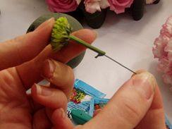 Například u chryzantém se doporučuje zapíchnout do tenkého a měkkého stonku drátek. Lépe pak drží v aranžovací hmotě.