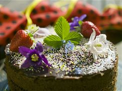Na květech orlíčku, pomněnek, jahodových listech i okvětí si můžete s klidem pochutnat.