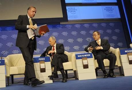 Turecký premiér Erdogan odchází z diskuse o konfliktu v Gaze poté, co se pohádal s izraelským prezidentem Peresem. (Davos, 29. ledna 2009)