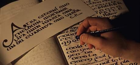 Ukázka kaligrafie, kterou pro své knihy vytvořil spisovatel Christopher Paolini