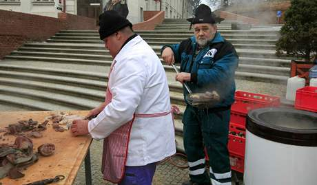 Zabíjačka na náměstí ve Slavkově u Brna se těšila zájmu místních. Tradiční pochoutky byly zdarma