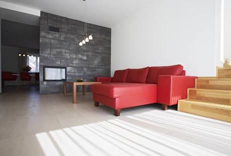Podlahu v přízemí pokrývá velkoformátová dlažba