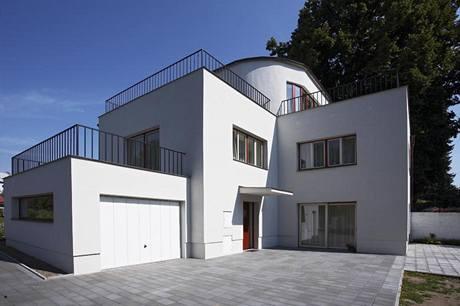 Zpevněná plocha před domem ze zámkové dlažby může posloužit i jako terasa