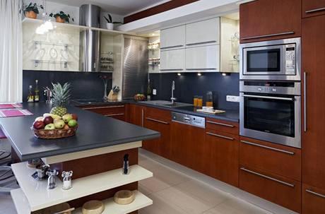 Kuchyňská linka byla navržena na míru - třešňovou dýhu doplnily pracovní desky z kompozitního materiálu