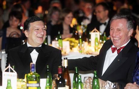 Mirek Topolánek strávil část večera na Českém plesu v Bruselu v družném hovoru s předsedou Evropské komise José Manuelem Barrosem.