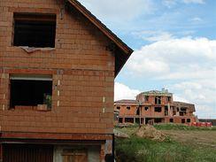 Mnoho stavebníků nechává dům rozestavěný a čeká na zimní slevy oken