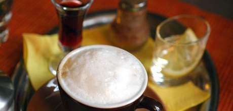 Cappuccino v brněnské kavárně Monro