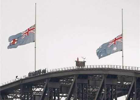 Na Sydney Harbour Bridge visí vlajky kvůli obětem požárů na půl žerdi. (9. únor 2009)