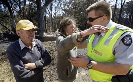Jane Cameronová a Greg Annand poblíž svého požárem zcela zničeného domu v Kinglake West poblíž Melbourne. (9. únor 2009)