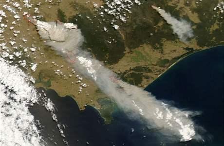 Satelitní snímek NASA zachycuje požáry ve státě Victoria v Austrálii 7. února 2009.