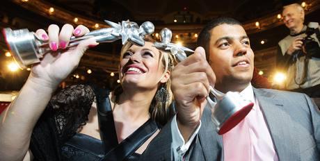 Ceny Anno 2009 - ocenění moderátoři Lucie Borhyová a Reynolds Koranteng Koranteng