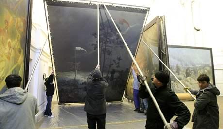 Slovanská epopej. Dva obrazy dnes pracovníci museli sundat z rámů a zabalit. Stěhují se až do června na výstavu do Rakouska