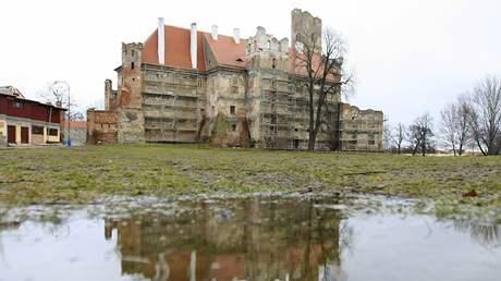 Zámek v Břeclavi je obehnán lešením. Bude se opravovat