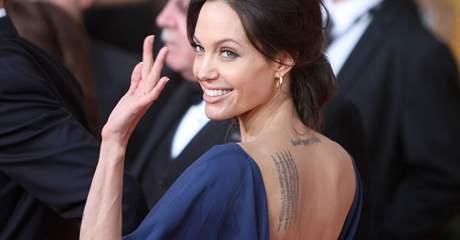 Angelina Jolie v šatech naruby