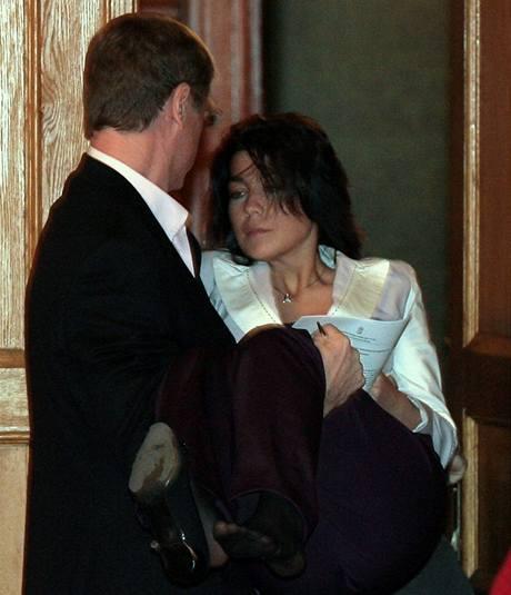 Premiér Gyurcsány omdlívající mluvčí pohotově chytil a vynesl ze sálu. (1. února 2009)