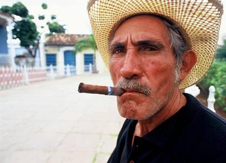 Kubánec s tradičním produktem své země - doutníkem