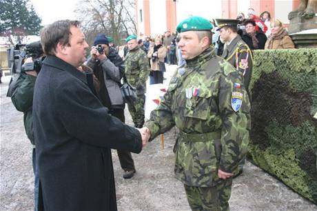 Jiří Ročekpřijímá gratulace při slavnostní nástupu kontingentu v Příbrami