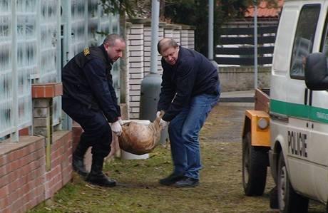 Rodina z pražských Hodkoviček našla ve sklepě svého domu dva pytle s trhavinou