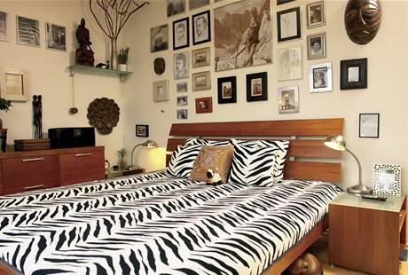 Dominantní vzor zebry se objevuje na přehozu i na záclonách