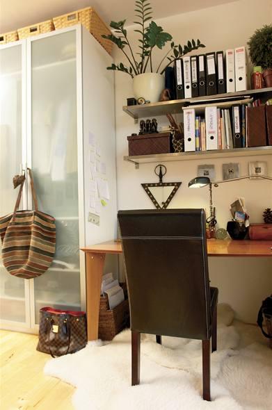 Pracovní kout tvoří jednoduchý stůl a otevřené police