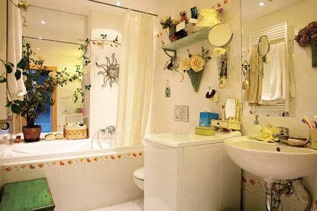 Koupelna působí hodně zaplněným dojmem i kvůli velkému zrcadlu, v němž se vše odráží