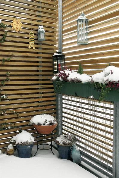 Balkon s dřevěnou žaluzií má i v zimě příjemnou atmosféru