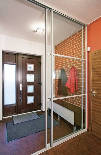 Zádveří s cihelným obkladem oddělují od chodby posuvné skleněné dveře