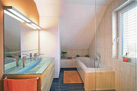 Koupelna je vybavená vanou pro dva i sprchovým koutem, který se již do záběru nedostal