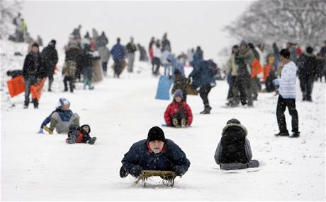 Sněhová nadílka způsobila včera v Londýně kolaps, dnes už si z ní lidé dělají srandu.