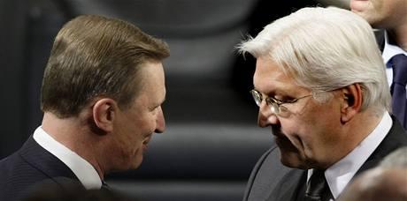Německý ministr zahraničí Steinmeir (vpravo) s ruským vicepremiérem Ivanovem si povídají na Mnichovské bezpečnostní konferenci.