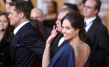 Angelina Jolie v šatech, které si oblékla obráceně